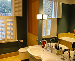 en-suite bathroom with with modern fitted bathroom units